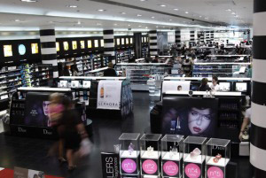 """... har även ett eget märke som just heter """"Sephora"""". Den största butiken  hittar du i Paris på gågatan Champs Elysées och är absolut min favorit b5ffb9f92762c"""